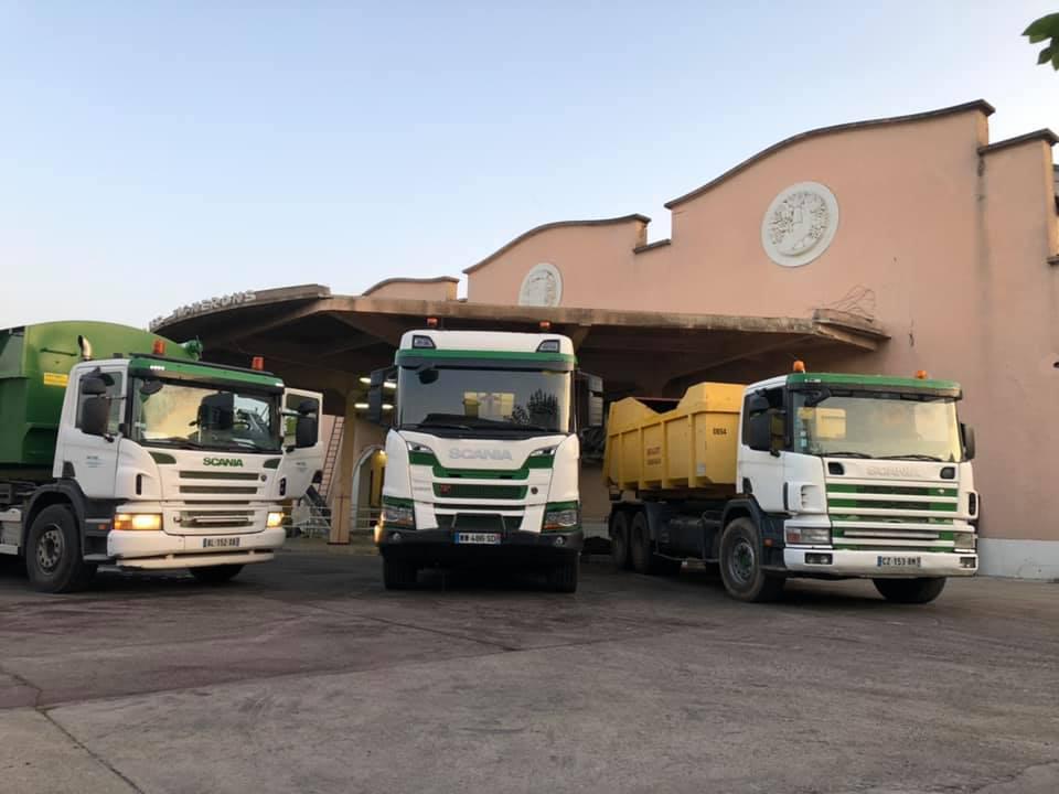 Camions de transport devant l'entreprise